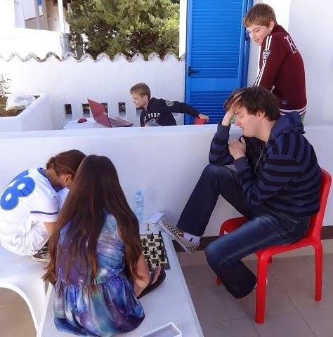 Bij het EK in Budva, analyseren op het balkon.