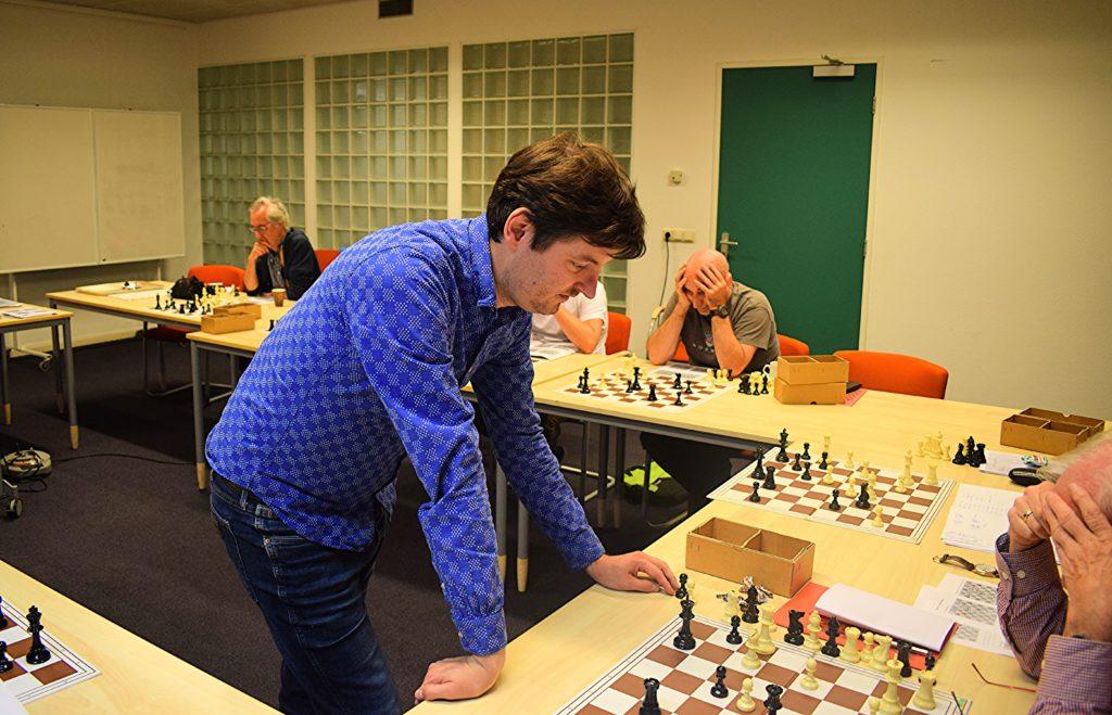 Pascal traint bij de Arnhemse Schaakvereniging